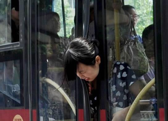 صورة اليوم: الباب الحافلة يحاول قطع رأس فتاة