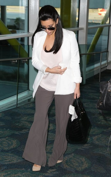 ��� ��� ��������� �� ���� ����� 2013 - Kim Kardashian Arriving On A Flight In Miami