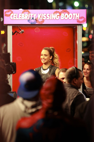 ��� ������ ���� �� Celebrity Kissing Booth