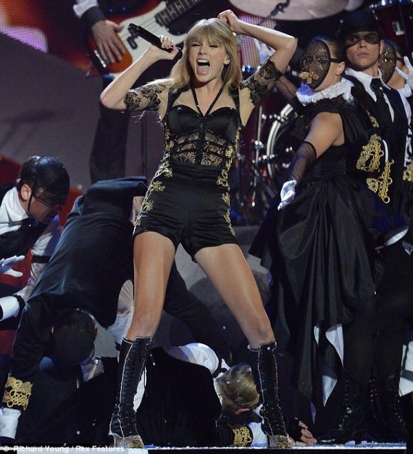 صور تايلور سويفت على مسرح 2013 BRIT Awards