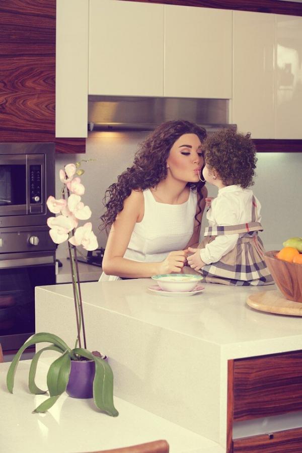 بالصور سيرين عبد النور وإبنتها تاليا يتناولان المعكرونة