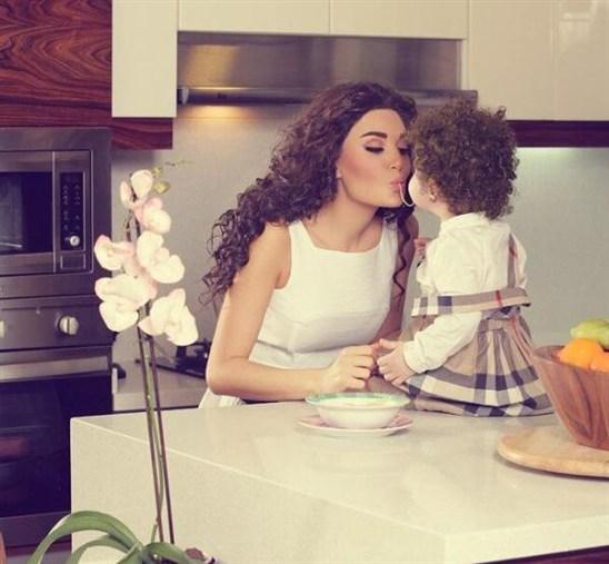 صور سيرين عبد النور وإبنتها تاليا في مطبخها