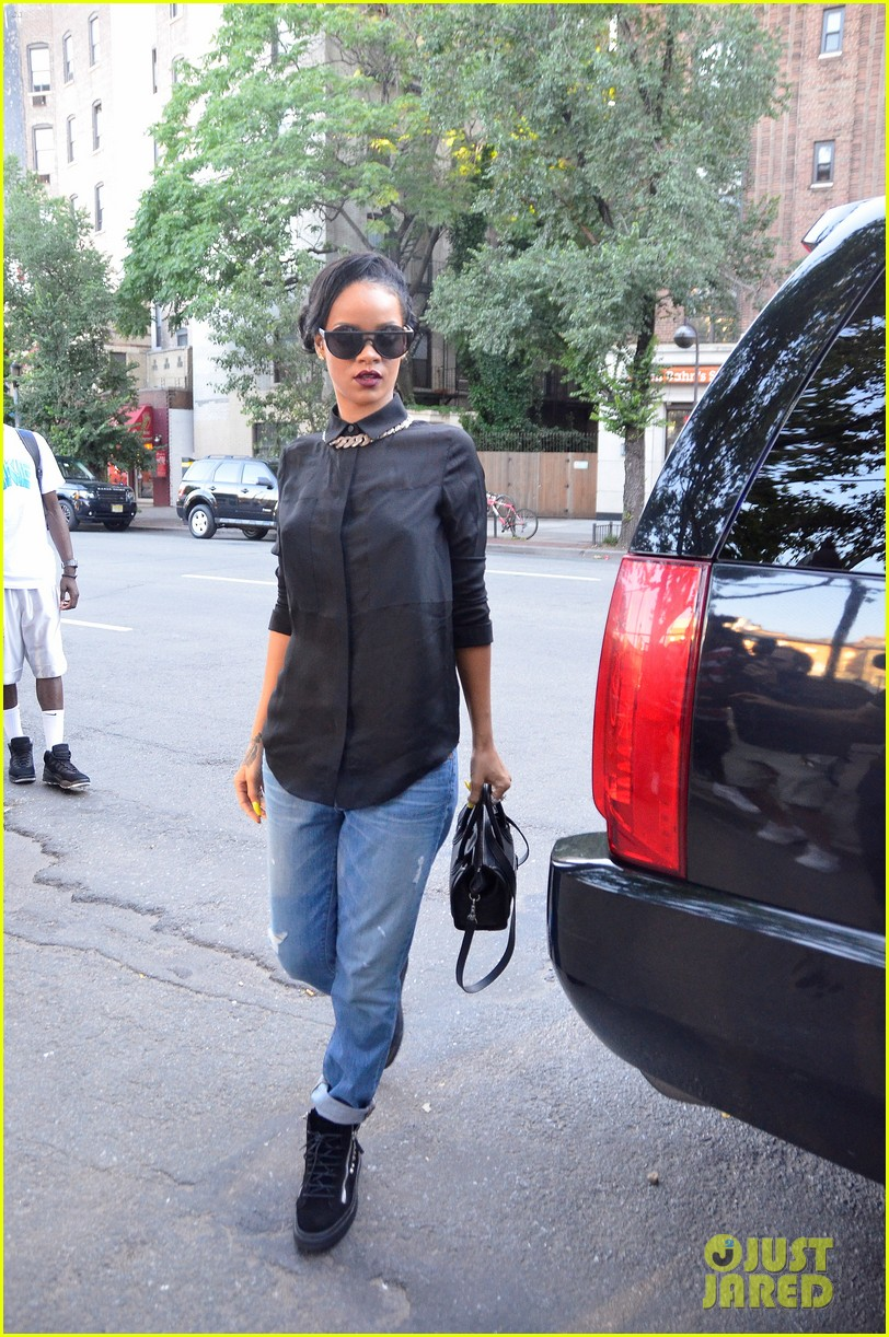 صور Rihanna Gets Spiritual on Twitter