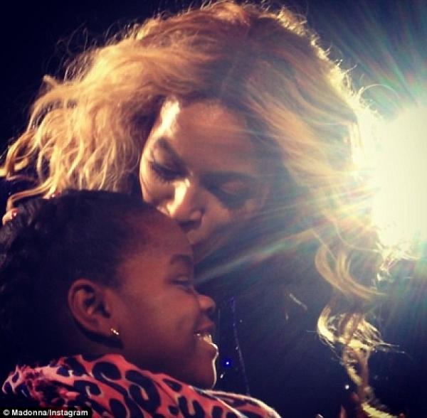 صور استعراض بيونسيه ضمن جولة Mrs. Carter في نيويورك , صور بيونسيه مع ميرسي جيمز ابنة مادونا