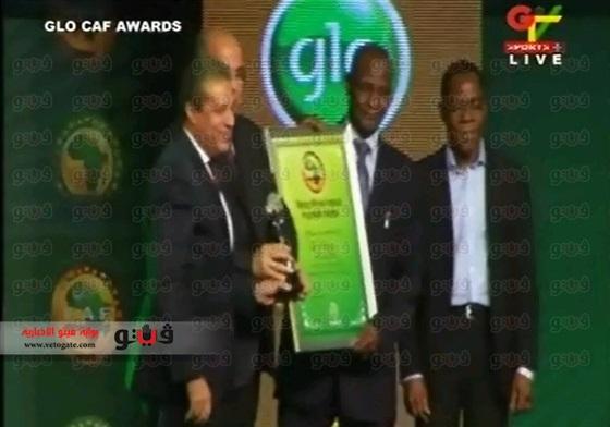 بالصور الدرندلي عضو مجلس إدارة النادي الأهلي يتسلم جائزة أفضل ناد في أفريقيا 2014