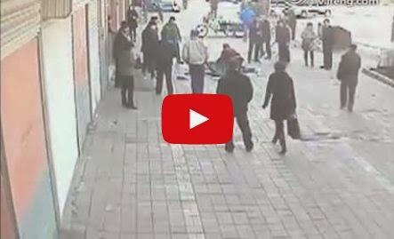 في الصين اختلف مع زوجته فأشعل بها النار بالشارع - فيديو