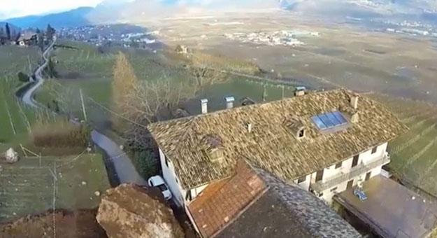 بالصور والفيديو انهيار صخرى يدمر منزلا عمره 300 سنة فى 60 ثانية بإيطاليا