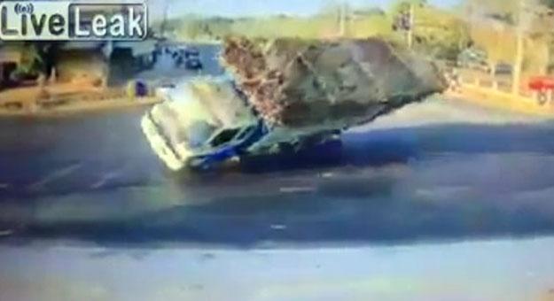 بالفيديو انقلاب شاحنة محملة بالاخشاب بالقرب من رجل تايلندى