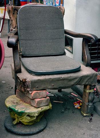 صور كراسي مصنوعة من المهملات في شوارع الصين