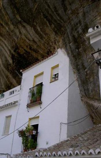 مدينة مبنية تحت صخرة ضخمة 237991_dreambox-sat.com.jpg