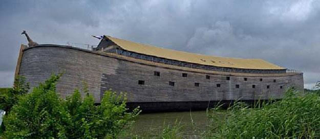 بالصور نحات هولندي يبني سفينة تُشبه سفينة سيدنا نوح