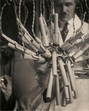 صور أدوات وأجهزة تجميل للمرأة من القرن الماضى
