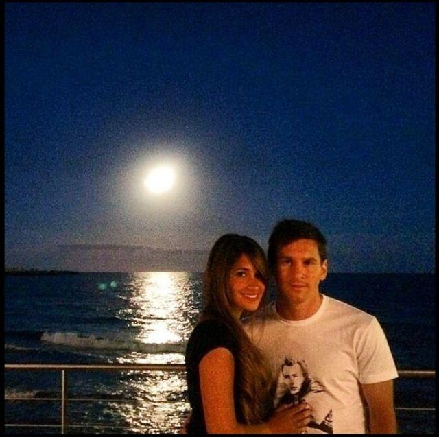 صور ليونيل ميسي مع زوجته أنتونيلا في جلسة رومانسية على الشاطئ
