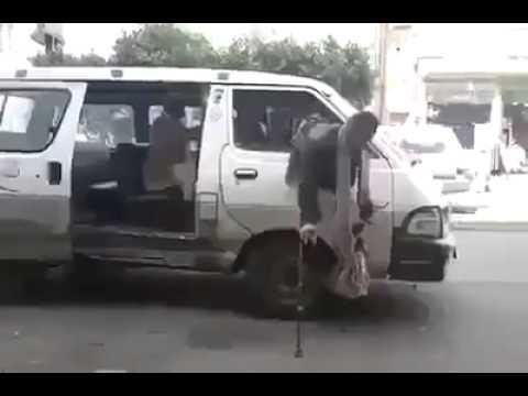 بالفيديو رجل برجل واحدة يصعد الى المركبه بطريقه مثيره