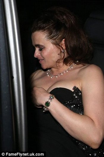 صور سقوط فستان النجمة هيلينا بونهام كارتر في حفل BAFTA TV Awards