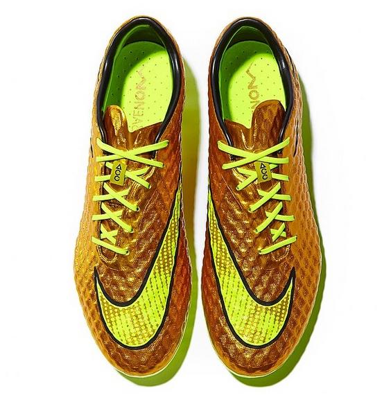 صورة حذاء نيمار الذهبي في مباراة تشيلي في مونديال كأس العالم 2014