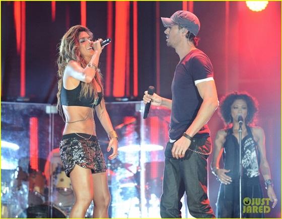 صور إنريكي إجلاسيس ونيكول شيرزينجر في برنامج X Factor