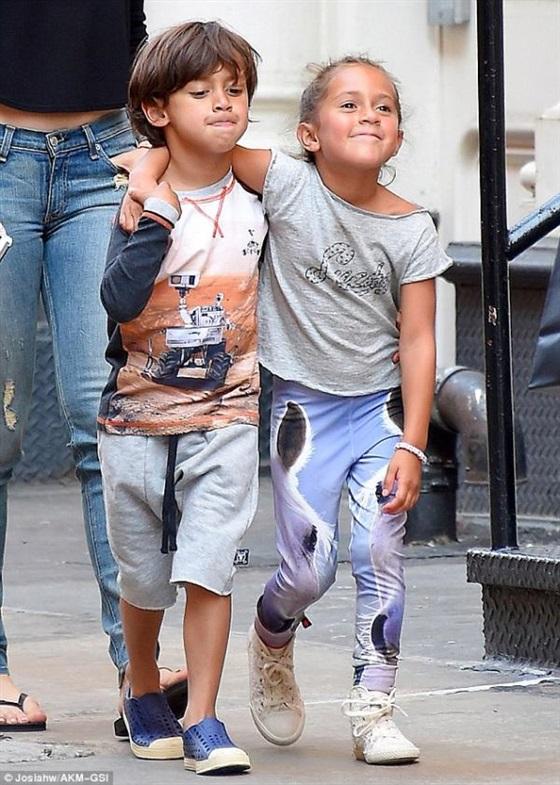 صور جينيفر لوبيز ببنطلون جينز ممزق مع أطفالها في نيويورك