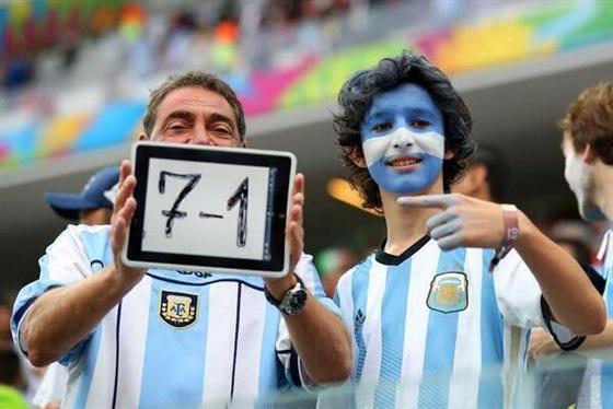 بالصور جماهير الأرجنتين تسخر من خسارة البرازيل في مباراة هولندا 2014