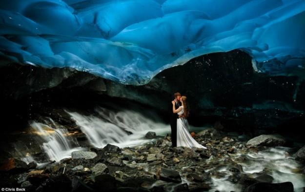 صور حفل زفاف في أعمق وأخطر كهف جليدى