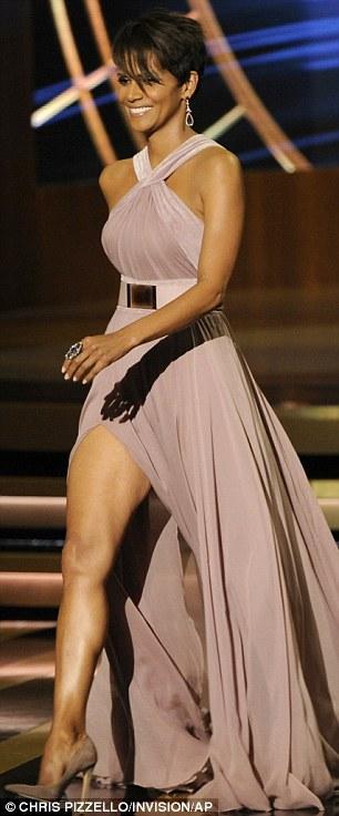 صور هالي بيري في حفل توزيع جوائز Emmy Awards لعام 2014 في لوس أنجلوس