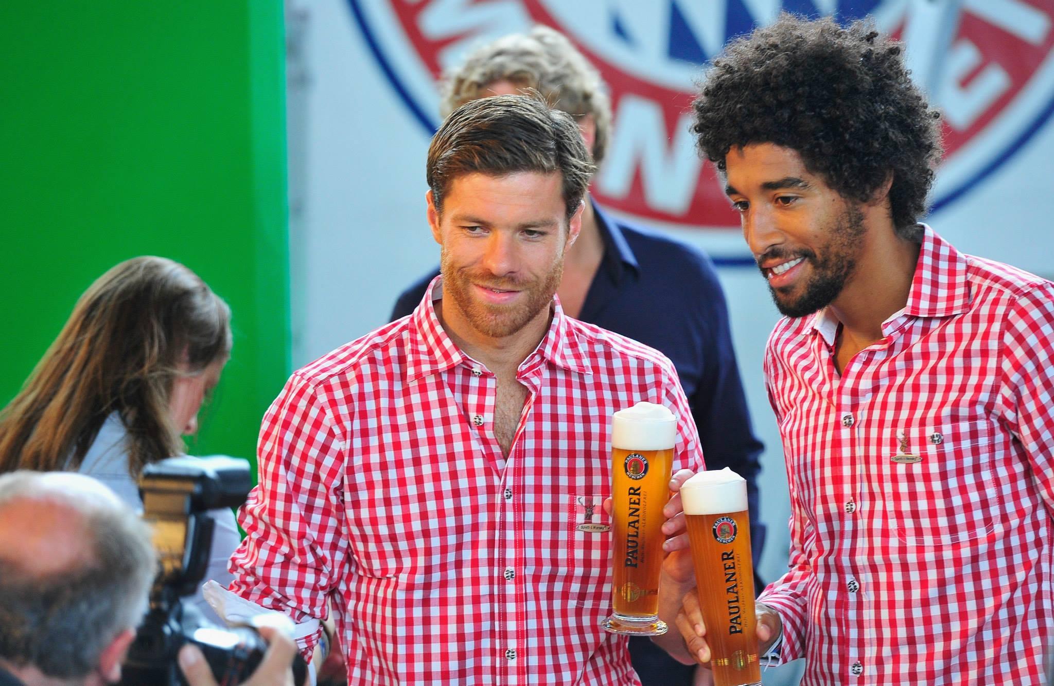 بالصور لاعبي نادي بايرن ميونخ المسلمين يرفضون التصوير مع الخمور