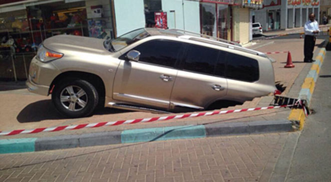 بالصور سقوط سيارة لاندكروزر حفرة