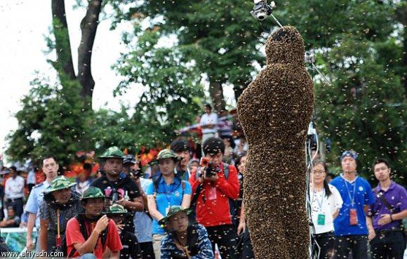 صور غرائب وعجائب 2012: طفل في اليابان يغطي جسمة بالنحل