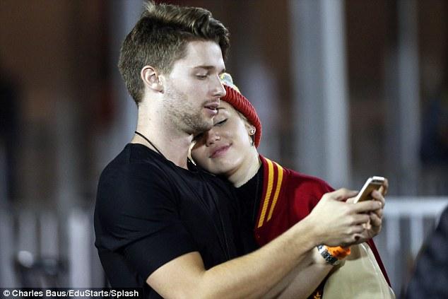 صور مايلي سايروس وهي تقبل باتريك ابن شوارزينغر
