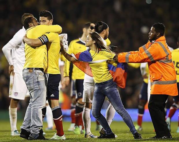بالصور مشجعات كولومبيا يقتحمن الملعب من أجل رودريجيز