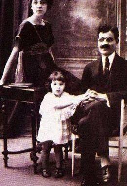 صورة طه حسين مع زوجته وابنته أمينة