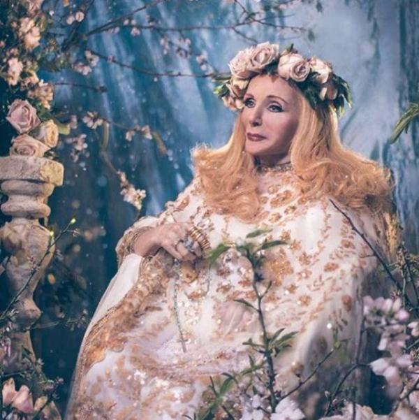 صور صباح بفستان من الذهب بين الورود
