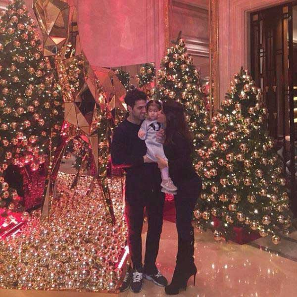 سيسك فابريجاس يحتفل بالكريسماس زوجته