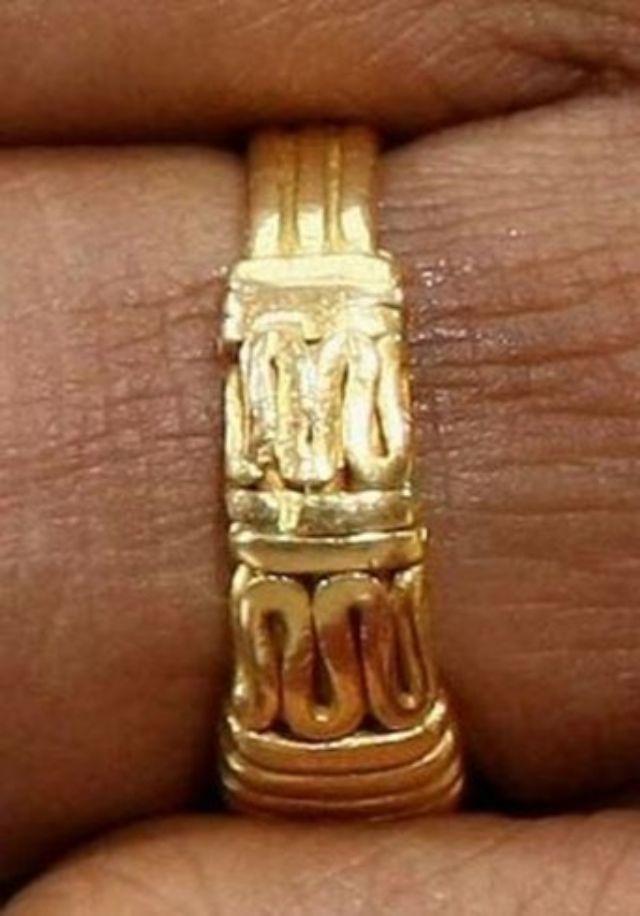 خاتم زفاف باراك اوباما يثير