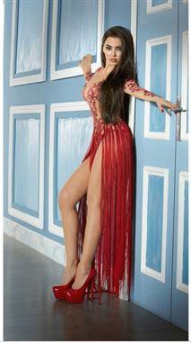 بفستان أحمر عاري وبدون ملابس