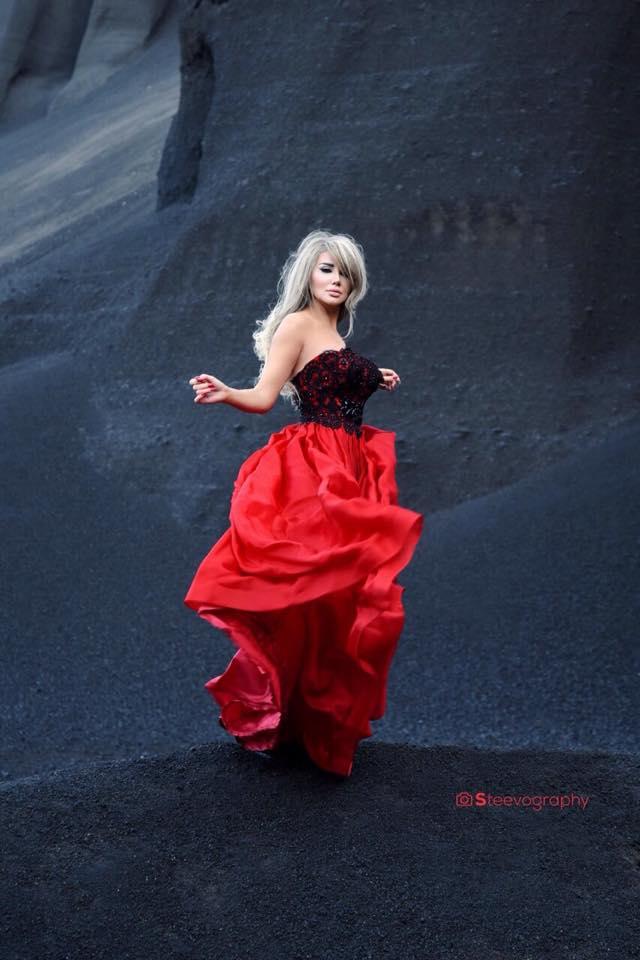 صور جيني أسبر بفستان أحمر بكاميرا المصورة هبة الأسدي
