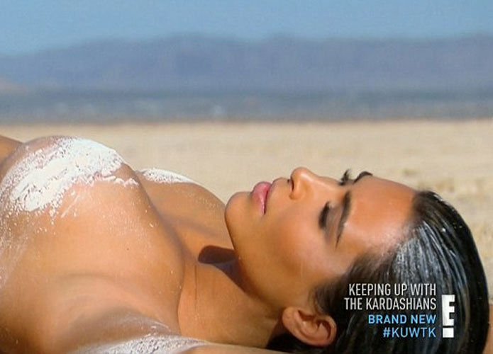 صور كيم كارداشيان وهي عارية في الصحراء 2015