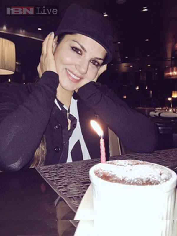 صور ساني ليون وهي تحتفل بعيد ميلادها الـ34