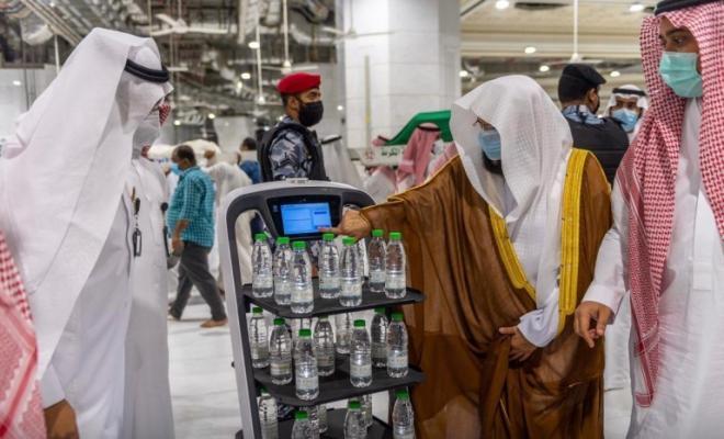 توزيع مياه زمزم عن طريق الروبوت الذكي في الحرمين