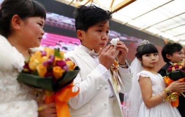 بالصور : عرس الأقزام الجماعي في الصين 1355075791_5.jpg