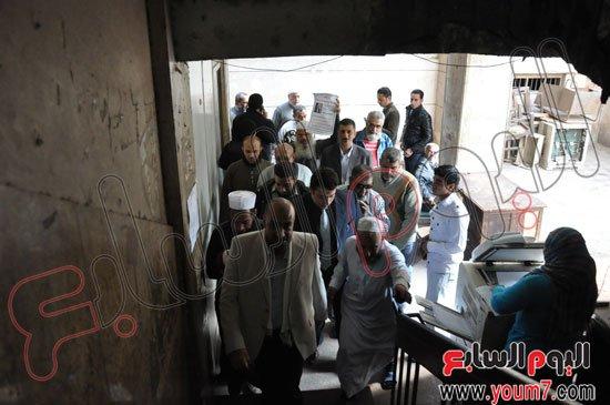 """بالصور أنصار """"عبد الله بدر"""" يرفعون لافتات تهاجم إلهام شاهين"""