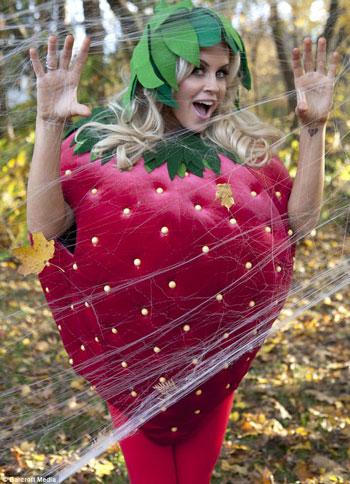 صور جينى ماكرتى 2012 - صور جينى ماكرتى بلباس الفراولة بسبب الهالوين 2012
