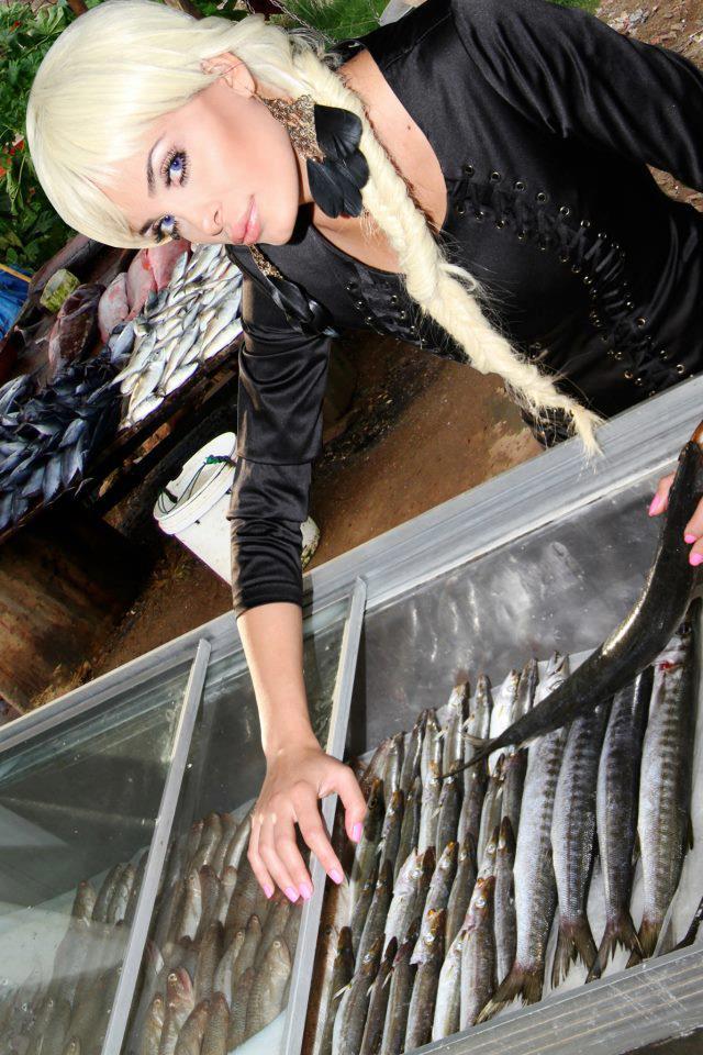 صور دومينيك حوراني من تصوير كليبها الجديد - صور دومينيك حوراني في سوق السمك
