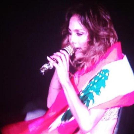 بالصور جنيفر لوبيز ترفع علم لبنان في حفل غنائي في دبي - صور جنيفر لوبيز وعلم لبنان في دبي - صور من حفل جنيفر لوبيز في دبي