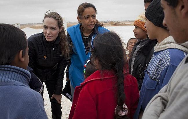 بالصور أنجلينا جولي تتفقد اللاجئين السوريين في الأردن - صور أنجلينا جولي 2013