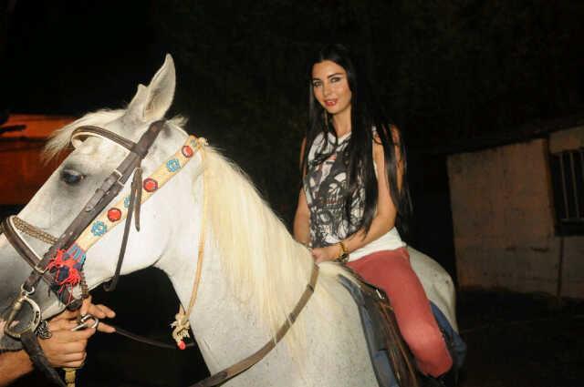 صور لاميتا فرنجية تركب الخيل فى مصر 2012 , صور لاميتا فرنجية بالاهرامات تركب الخيل 2012